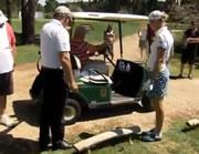 ゴルフカート運転ミスで木に激突
