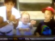 ファールボールを子供からぶんどる女性