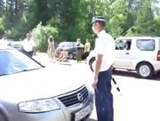 ロシア タイヤに発砲する警官