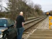 線路に立ち往生した車 列車が迫ってくる!
