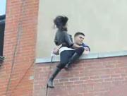 飛び降り自殺しようとする女性をナイスキャッチ!