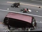 衝突事故を起こして倒れている人を無視して立ち去る二人