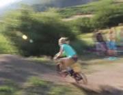 自転車に湖にジャンプ 激しく失敗