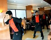 インドのPizza Hut  店内で店員ダンス