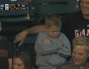 ファールボールを取り損ねて脹れる男の子