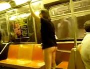電車の中でケツ出し男