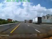 ハイウェイ事故 トレーラー転倒