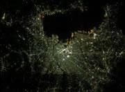 宇宙から見た場合の各都市の明るさ