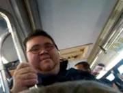 バスの中で大声で歌う迷惑男