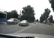 飛び出す車に衝突して横転