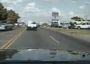 前の車が右折した瞬間・・・