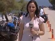 女性レポーターに近づく裸の男