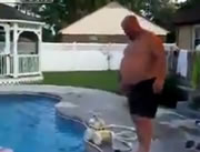 プールに浮かぶ浮き輪くぐり