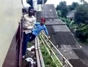 走る電車で危険行為