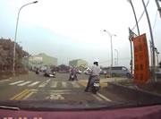 信号待ちのバイク2台に右折する車に当てられたバイクが突っ込む