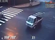 バイクが軽トラックに衝突事した後の着地が素晴らしい
