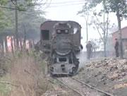 歪んだ線路を走る機関車