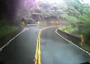 トラックとバイクの正面衝突事故