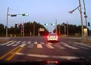 信号無視のバイクが車に突っ込む