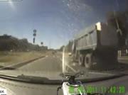 ダンプ横転事故
