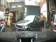 二人の男に襲われる車