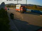 交差点でバイクとトラックの衝突事故