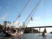 船を斜めにして橋をくぐる