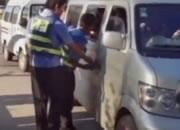 中国 バンに園児を乗せすぎで警察に止められる