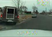 逃走車の運転席ドアから落ちて轢かれる