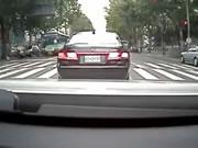 横断歩道を走って渡ろうとしたら車に撥ねられる