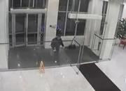 ガラスに突っ込む男性