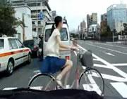横断歩道を渡る自転車にバイクが突っ込む