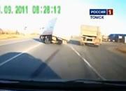 バランスを崩したトラックが反対車線に飛び出して衝突事故
