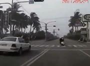 右車線からいきなり左折するバイクに車が突っ込む