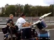 サイドカーで走りながらドラム演奏