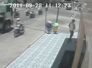 交差点事故 バイクの女性がトラックに轢かれてしまう