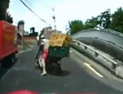 荷物積み過ぎで転けるバイク