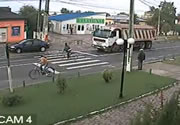 横断歩道を渡る自転車にダンプが・・・