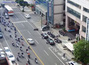 道路を渡ろうとする女性が戻ろうとしたらバイクが・・・
