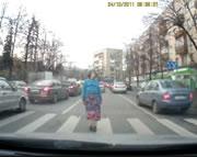 歩道を超スローで渡る迷惑おばさん