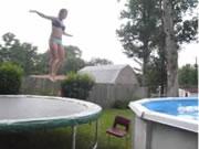 トランポリンでプールに飛び込み失敗