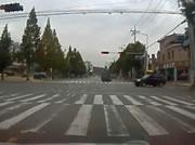 交差点事故 信号無視のバイクと車の衝突