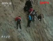 新学期が始まり険しい山を越えて学校に通う子供達