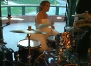 ウェディングドレスでドラム演奏