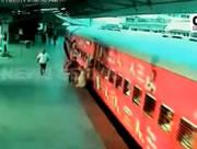 電車に飛び乗ろうとしてホームと電車に挟まれる女性