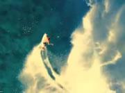 フィージーの透き通った海でサーフィン