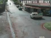 交差点事故 バイクがトラックに衝突して炎上
