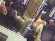 電車内で男性を殴り続ける女性
