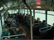 トラックがバスに突っ込む