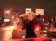 渋滞中にセクシーダンス